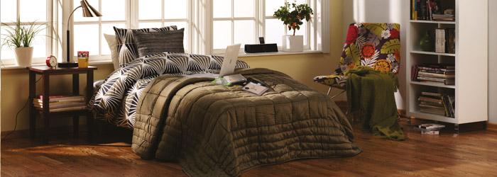 so erstrahlt ihr dunkles parkett in langlebigem glanz. Black Bedroom Furniture Sets. Home Design Ideas